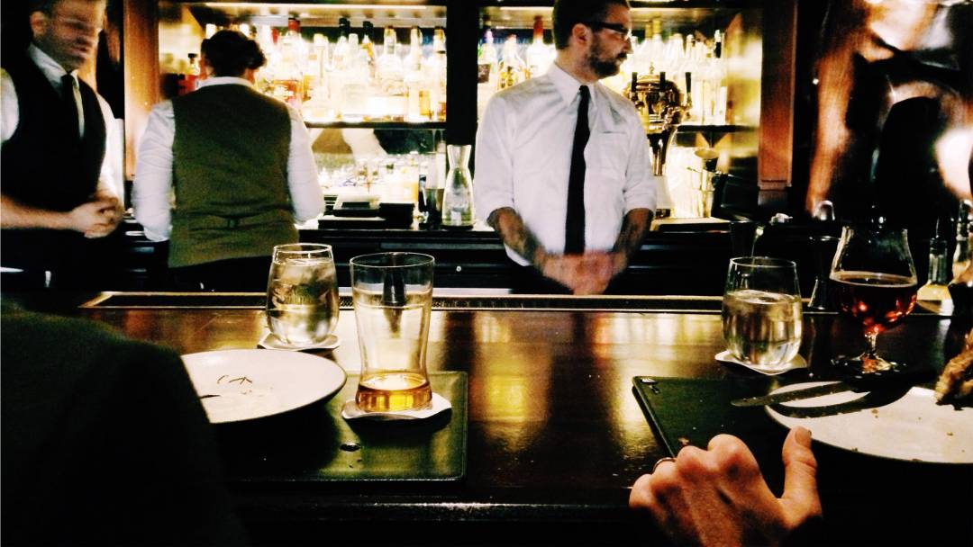 A Bartender's Guide to Proper Bar Etiquette